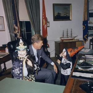 Caroline Kennedy relembra os tempos de Halloween com John John e o presidente