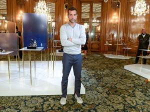 Alexandre Birman apresenta coleção em Paris com o high da moda