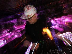 Para curtir em casa: a playlist do DJ Zé Pedro na festa da J.P