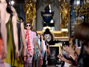 Stella McCartney aposta na mulher urbana em seu desfile em Paris