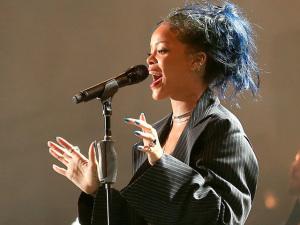 Rapte-me, camaleoa: Rihanna muda de novo a cor do cabelo