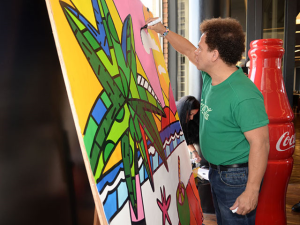 Romero Britto lança parceria com Coca-Cola no Rio fazendo live painting
