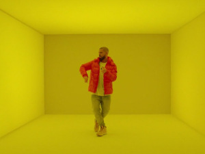 """Drake lança clipe de """"Hotline Bling"""" para conquistar 1º lugar na Billboard"""