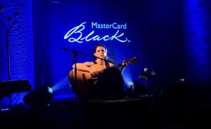 Marina Lima e MasterCard Black em pocket show no Londra, em Ipanema