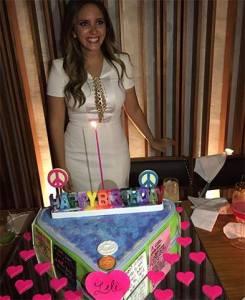 Lelê Saddi comemora aniversário em clima Luluzinhas com bolo paz e amor