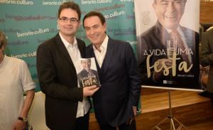 """Bruno Méier autografa seu livro """"A Vida É uma Festa"""" com presença de Amaury Jr."""
