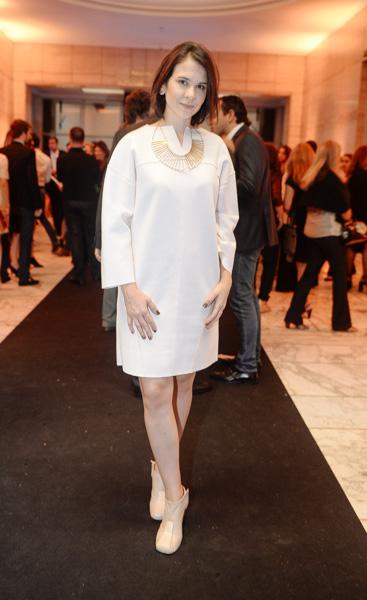 Camila Braga de vestido Huis Clos e sapato Gloria Coelho na 20ª edição do Prêmio Deca Um Sonho de Banheiro