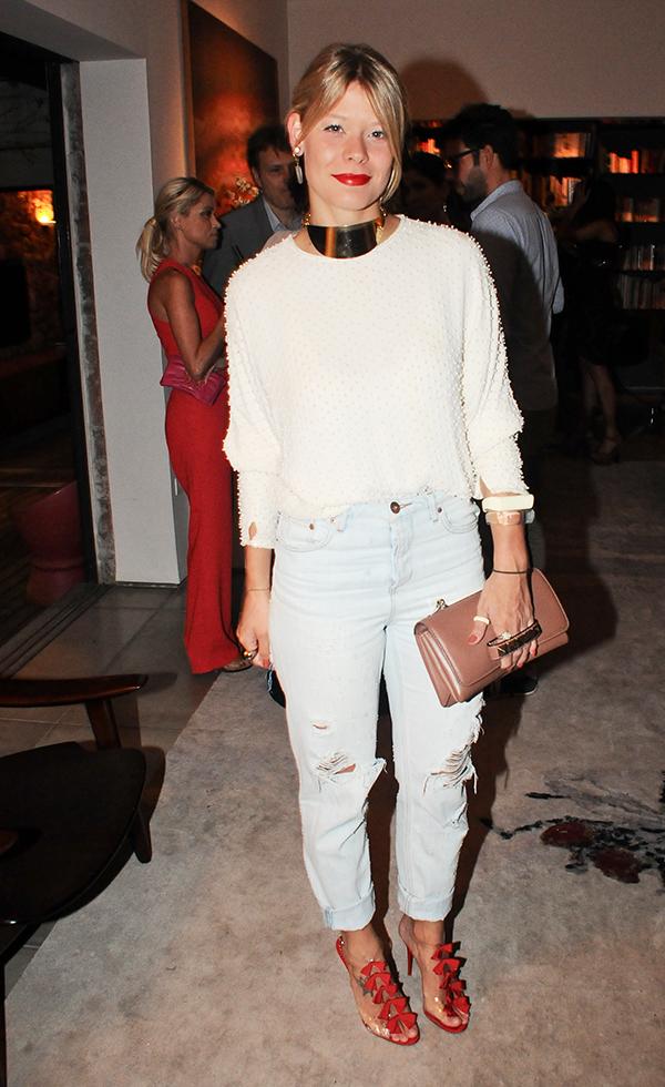 Guta Virtuoso de blusa NK Store, calça H&M, sandália Christian Louboutin e bolsa Valentino no jantar armado para a blogueira americana Leandra Medine