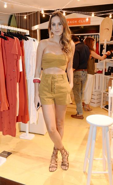 Helena Barbero de look NK Store, sandália Schutz e pulseira Cine 732 no lançamento do espaço Kamikaze Summer Oasis, na NK Store