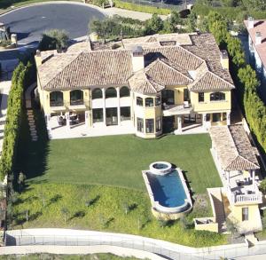 Kim e Kanye colocam mansão à venda que tem até privadas de ouro
