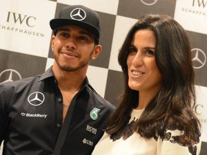 Antes da corrida, Lewis Hamilton dá rasante em shopping de SP