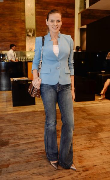 Maythe Birman de blazer Pucci, jeans Seven, bolsa Louis Vuitton e scarpin Schutz no lançamento do espaço Kamikaze Summer Oasis, na NK Store