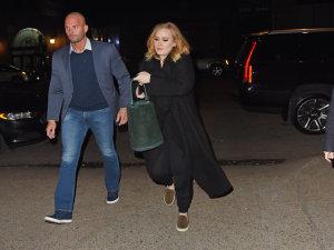 Adele tira segurança-galã de Lady Gaga e vence mais uma parada