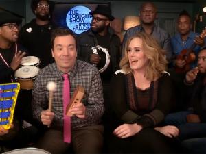Adele canta com instrumentos de brinquedo no programa de Jimmy Fallon
