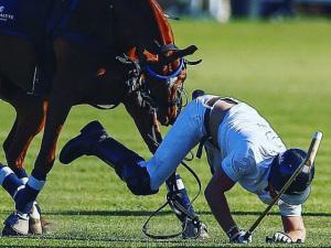 Principe Harry cai do cavalo durante partida de polo na Cidade do Cabo