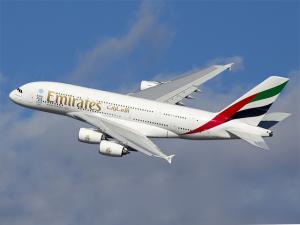 Maior avião comercial do mundo, Airbus A380, da Emirates, aterrissa no Brasil