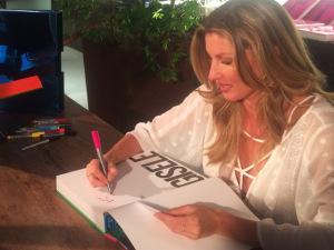 No Brasil para lançar seu livro, Gisele entrega que tem projetos no país