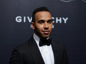 O piloto de Fórmula 1 Lewis Hamilton adia chegada, mas vem para o GP Brasil