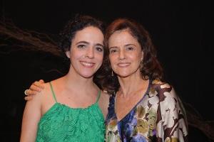 """Marieta Severo e """"Grande Família"""" prestigiam peça da filha Sílvia"""