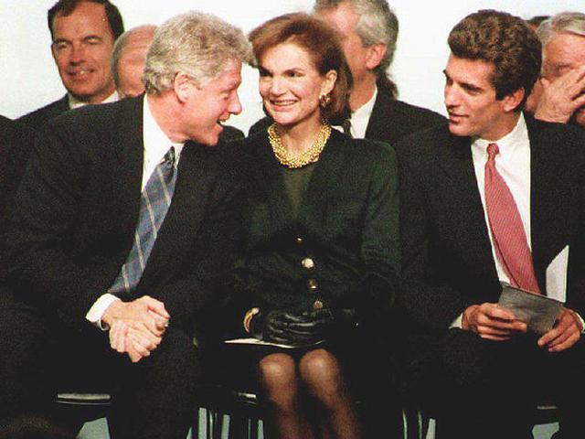 Bill Clinton em encontro oficial com Jackie Kennedy, na década de 1990