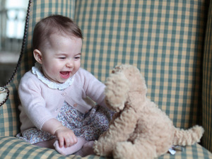 William e Kate divulgam novas fotos da princesa Charlotte