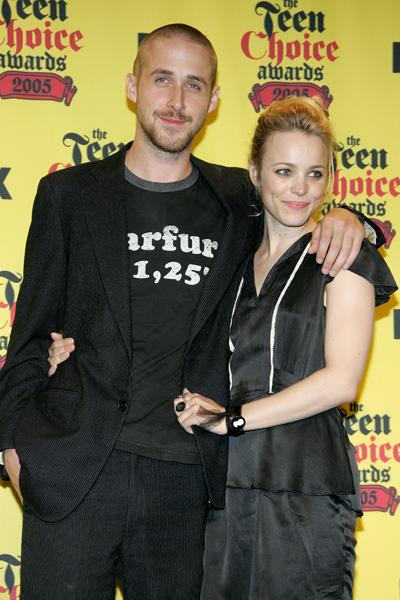 """Ao lado de Rachel McAdams para receber o prêmio de """"melhor química"""" no palco do Teen Choice Awards em 2005. Nesta noite, rolou uma réplica ao vivo do beijão dos atores em """"Diário de uma Paixão"""""""