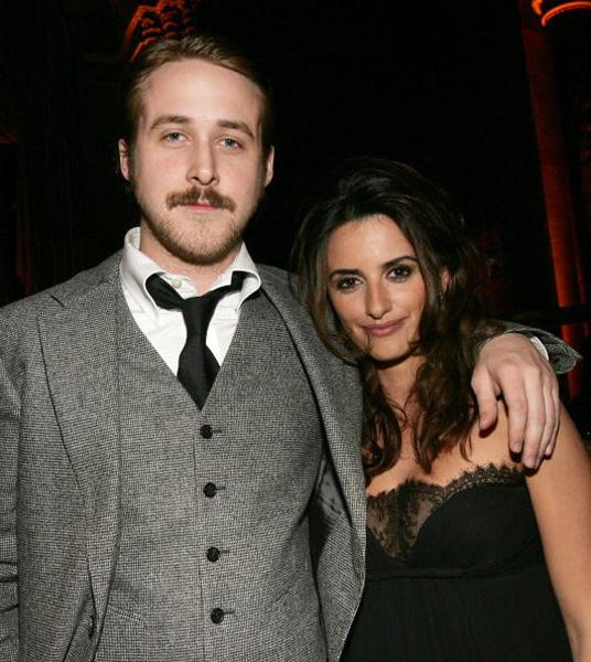 De bigode, Ryan Gosling posa ao lado de Penélope Cruz no National Board Of Review Awards Presented by BVLGARI no Cipriani em Nova York, 2006