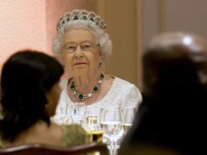 Rainha Elizabeth II arranca gargalhadas de convidados durante jantar