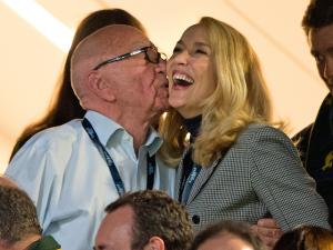 Rupert Murdoch e Jerry Hall trocam beijos em final mundial de rugby
