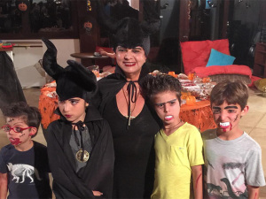 Luiza Helena Trajano vira Malévola para curtir Halloween com os netos