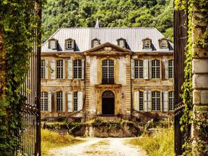 Família compra castelo abandonado na França e mostra reforma em tempo real