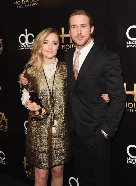 Ao lado de Saoirse Ronan durante o 19º Hollywood Film Awards no The Beverly Hilton Hotel, em novembro de 2015