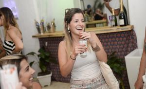 Liv drinks armou sunset animado na Casa Glamurama Trancoso. Tudo aqui!