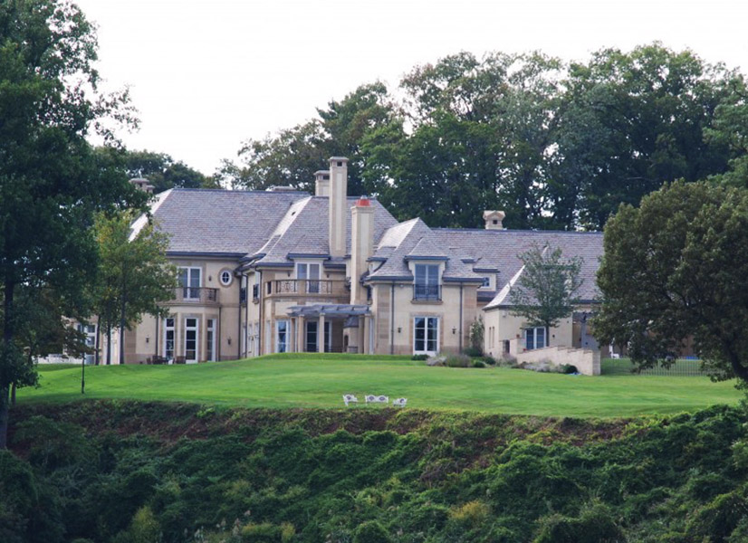 O rockstar Jon Bon Jovi vive em uma mansão avaliada em US$ 22 milhões em Middletown, New Jersey