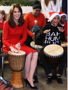 Kate Middleton mandando um Queen em evento beneficente? Sim, play!