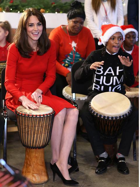 Kate Middleton batuca ao lado de crianças carentes