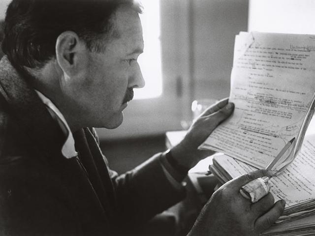 """Ernest Hemingway revisando a obra """"Por Quem os Sinos Dobram"""", em 1940"""