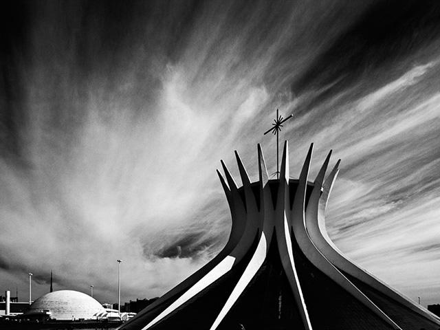O arquiteto que também é fotógrafo produziu uma série de imagens monocromáticas incríveis de Brasília