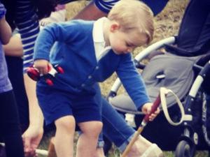 Aos 2 anos, príncipe George está aprendendo a andar de pônei