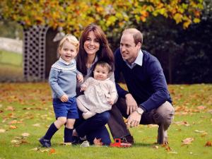 Família feliz: o clique de Natal de Kate, William, George e Charlotte