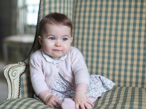 Com vestido sold out, princesa Charlotte segue os passos fashion da mãe