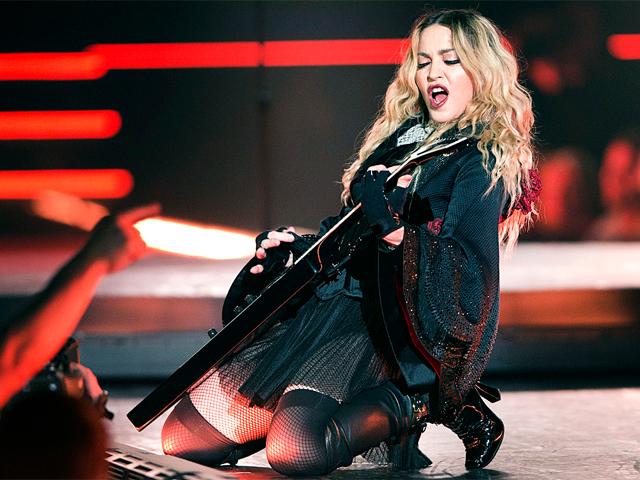 Madonna em apresentação da turnê de Rebel Heart