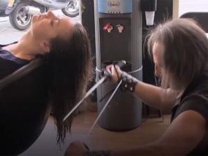 Cabeleireiro usa espadas e maçarico para cortar cabelos na Espanha