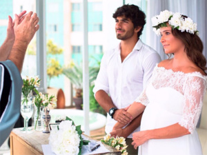 Deborah Secco revela foto de casamento com Hugo Moura