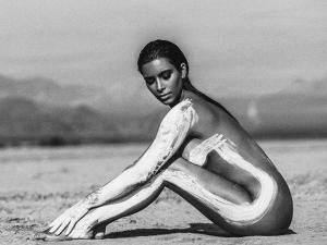 Lá vem ela: Kim Kardashian publica ensaio nu feito no deserto