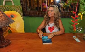 """Bruna Lombardi lança seu livro """"Jogo da Felicidade"""" em Trancoso"""