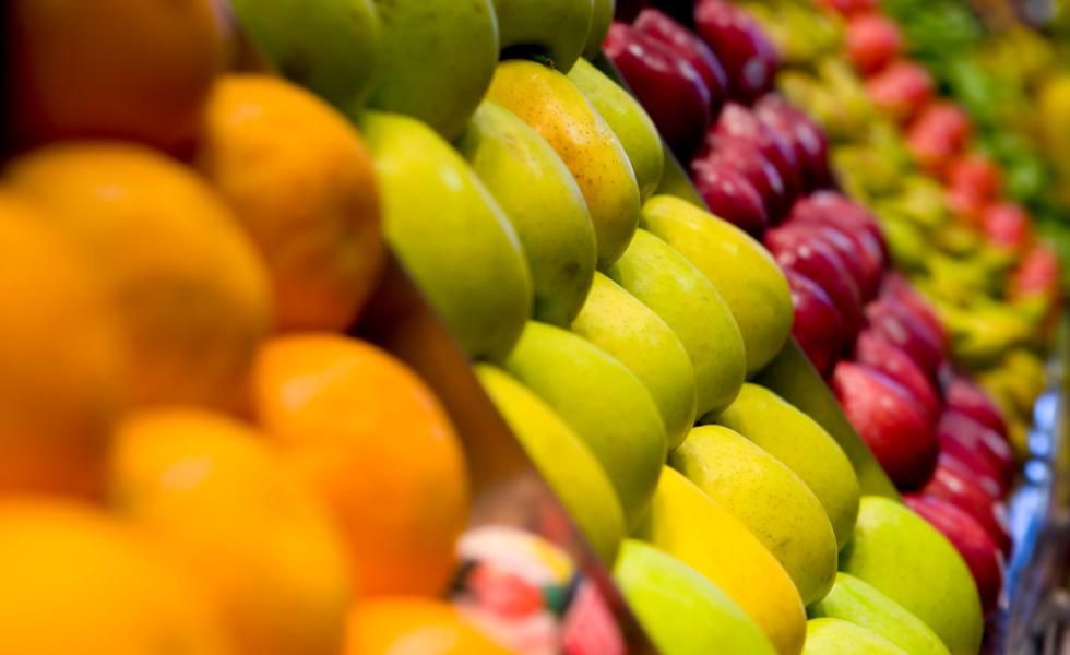 """1°- Dieta DASH - Esta dieta busca instaurar um hábito alimentar duradouro que ajuda no tratamento e na prevenção da hipertensão. O foco da DASH está na redução do consumo de sódio, sendo permitido 2.300 mg/dia e o consumo de vegetais, frutas e grãos. A DASH significa """"Dietary Approaches to Stop Hypertension"""" (Abordagem Dietética para Hipertensão). Nota geral: 4,1"""