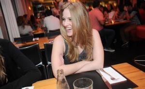 Glamurettes reencontram os amigos no restaurante Spot em SP