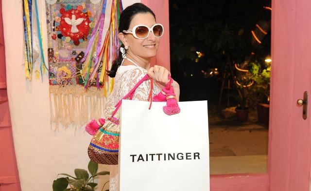 Tania Derani com seu presente de Taittinger