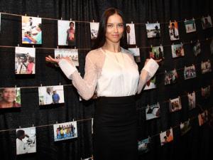 Adriana Lima está cada vez mais engajada em ajudar o Haiti